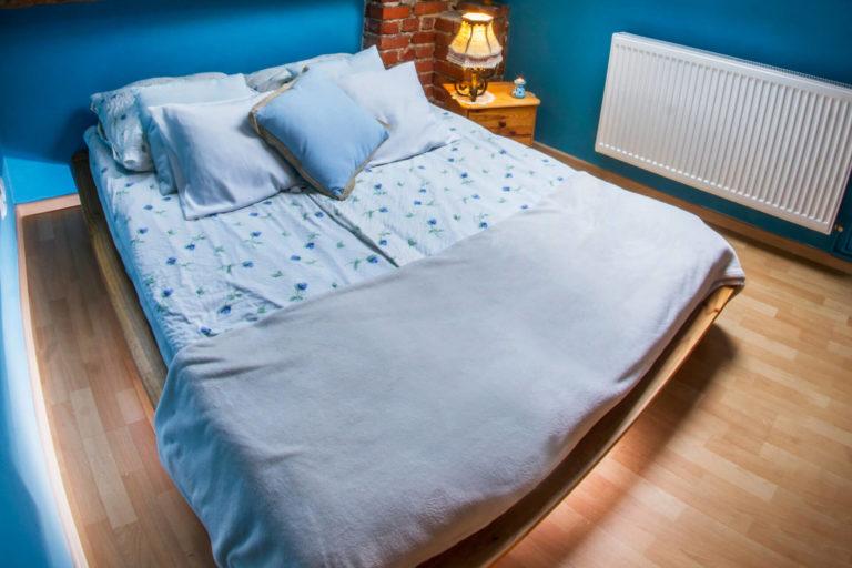łóżko w pokoju topaz